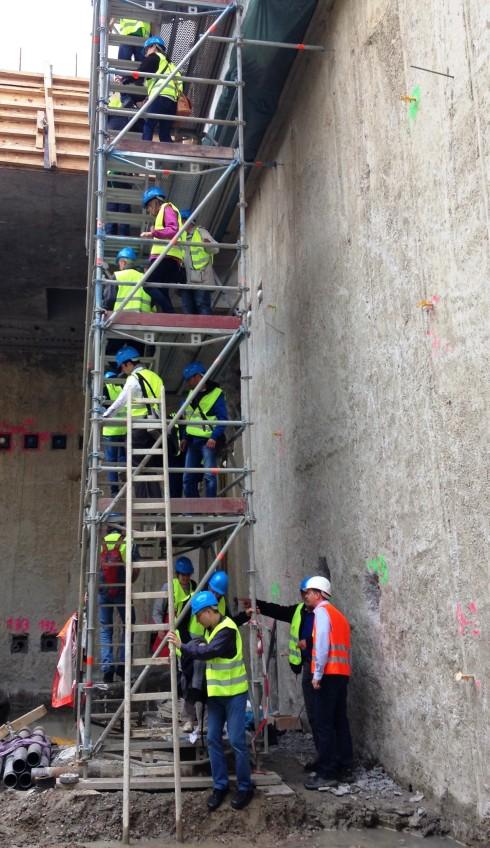 Voller Vertrauen in das Können der Ingenieure/Arbeiter, die diese doch recht wackelige Treppe gebaut haben, stiegen wir hinab.